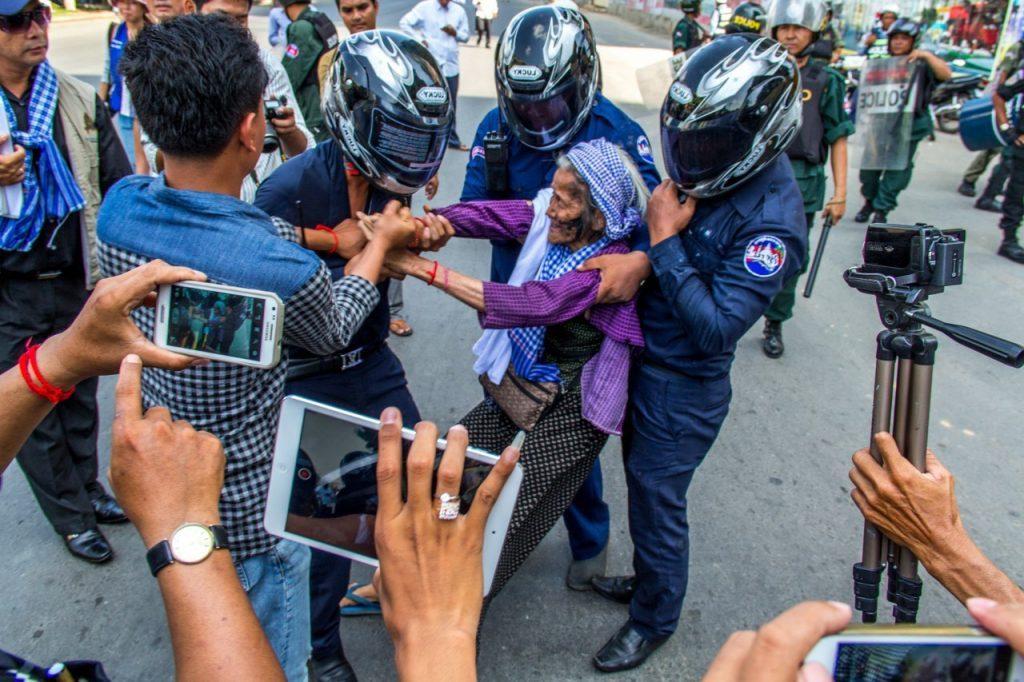kvinna förs bort av polis