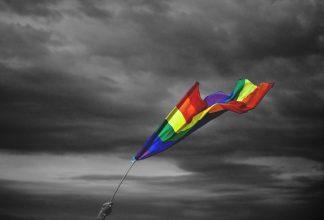 Prideflagga mot mörkgrå himmel