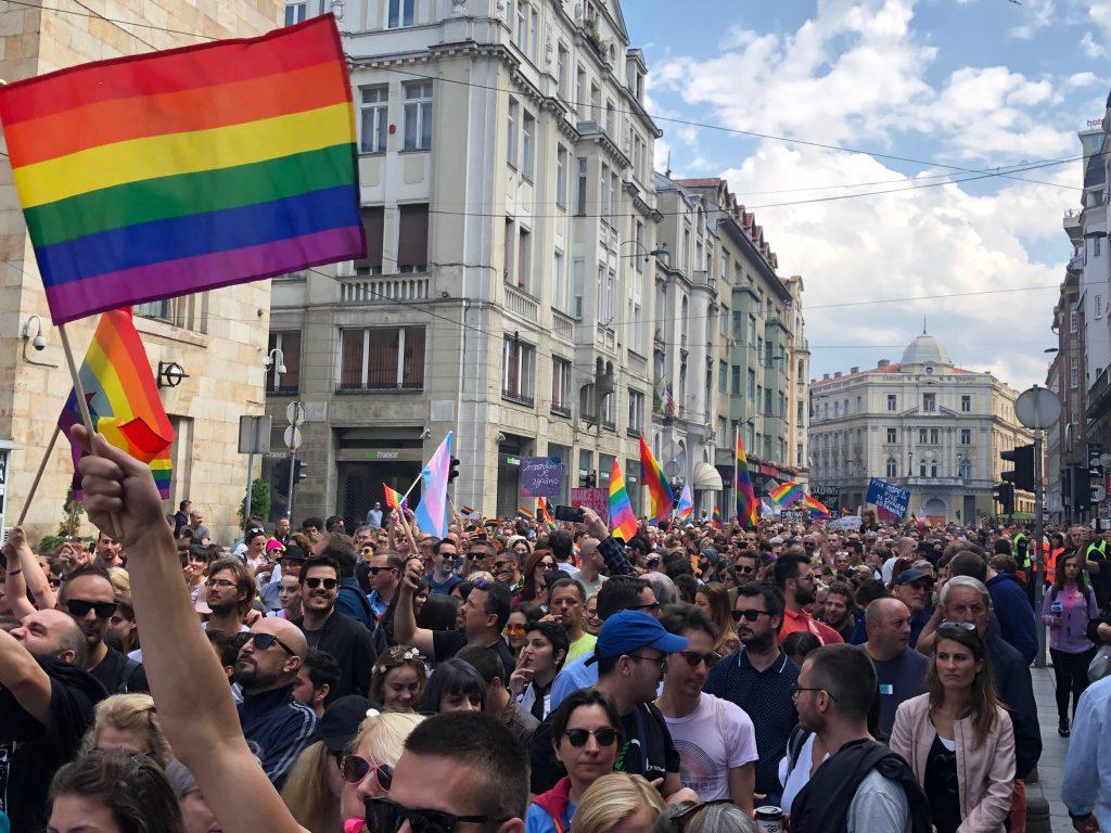 Sarajevo Pride med regnbågsflaggor