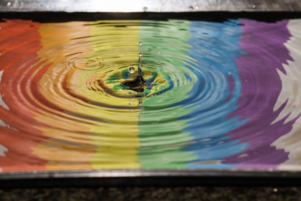 vattenpöl med regnbågsfärger