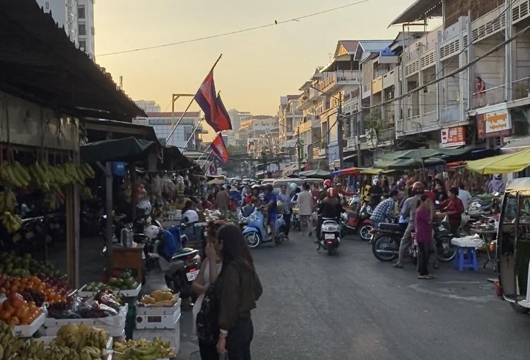 En gata i Kambodja med vajande flaggor