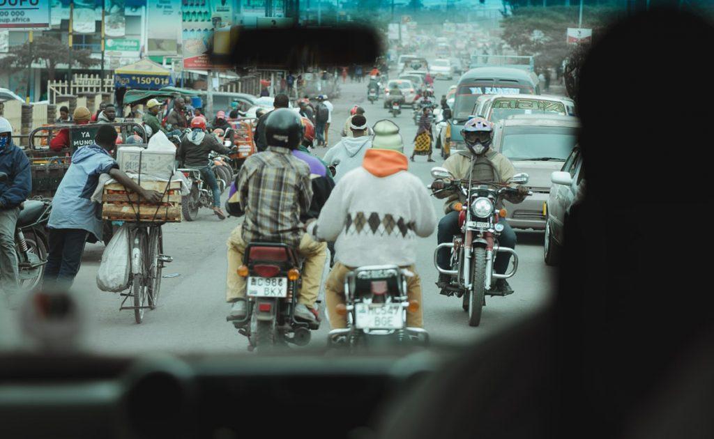 rusningstrafik på gata i Tanzania