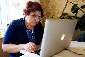 Khadija Ismayilova sitter framför sin dator och går igenom Panama-dokument