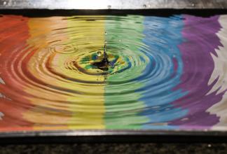 Regnbågsfärger i vattenpöl