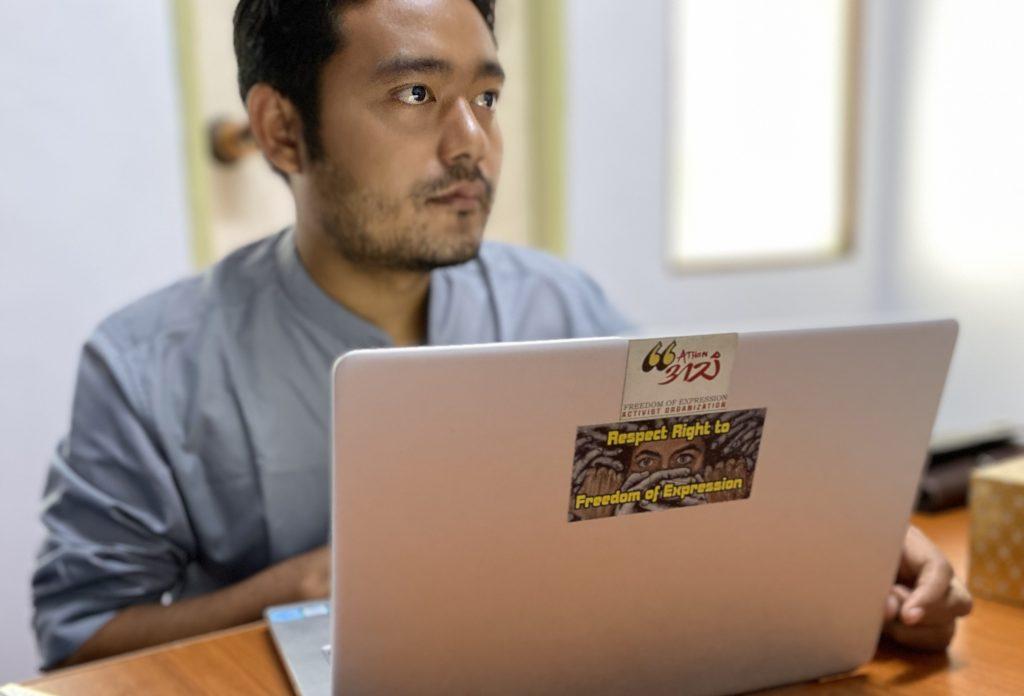 Maung Saungkha framför sin dator